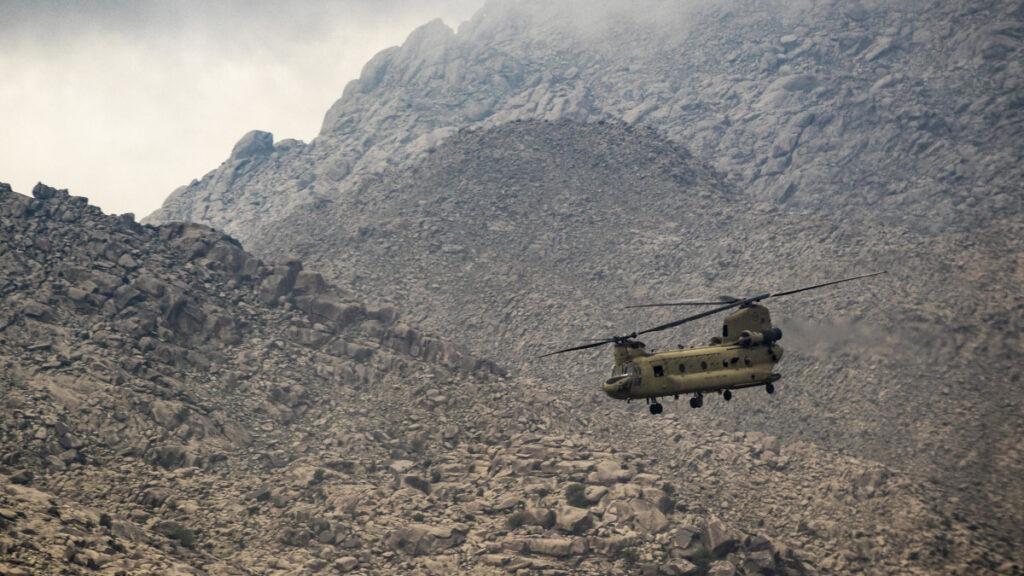 Ελικόπτερο CHINOOK των Πεζοναυτών των ΗΠΑ επιχειρεί στα βουνά του Αφγανιστάν 2017
