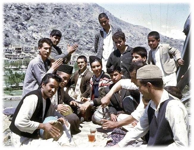 Παρέα Αφγανών νεαρών σε εκδρομή στην ύπαιθρο - Λαϊκή Δημοκρατία Αφγανιστάν '80s