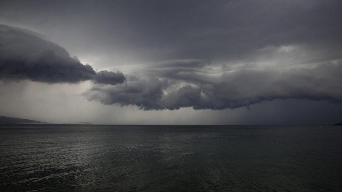 Σύννεφα πάνω από την θάλασσα στον Παγασητικό Κόλπο λίγο πριν από το ξέσπασμα μπουρινιού στο νότιο Πήλιο, τις Β. Σποράδες και τη β. Εύβοια το απόγευμα της Πέμπτης 26 Αυγούστου 2021 - Οι ριπές του ανέμου έφτασαν τα 73 Ναυτικά Μίλια, καταγεγραμμένο από το ALT.GR