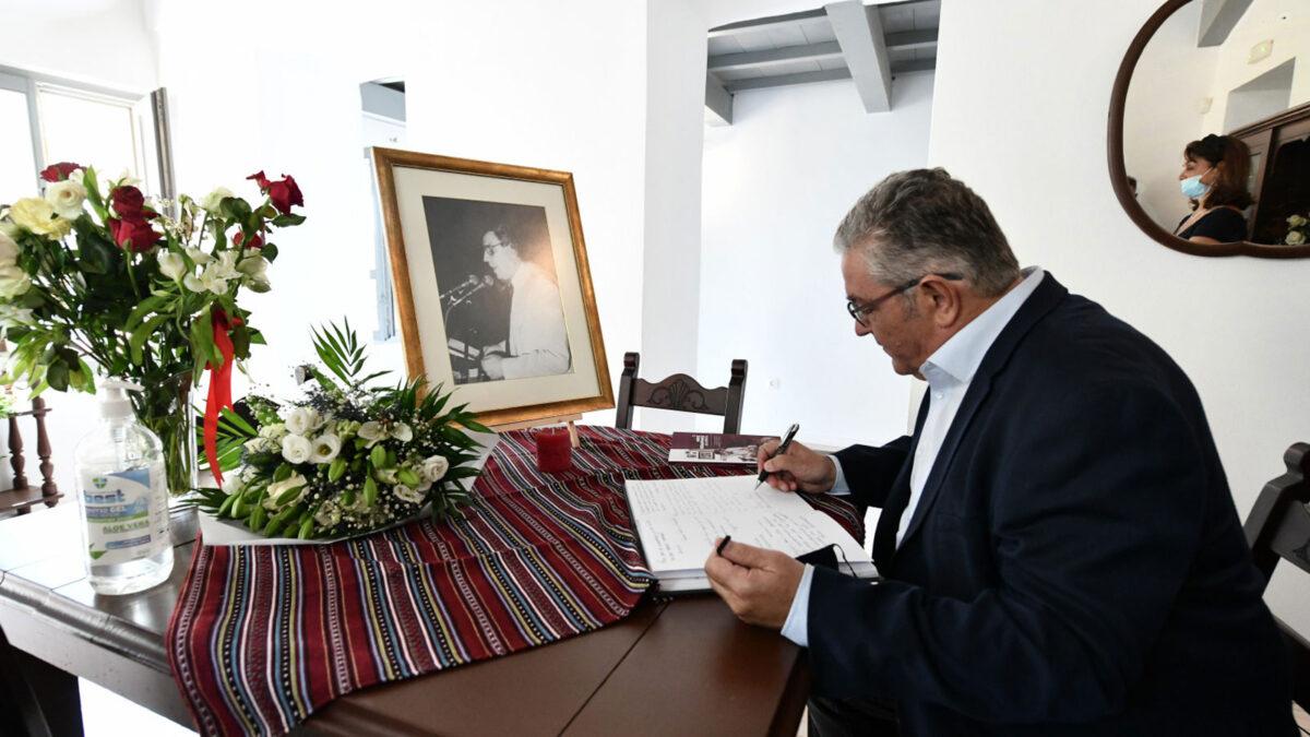 Ο Δημήτρης Κουτσούμπας γράφει στο βιβλίο συλλυπητηρίων για τον Μίκη Θεοδωράκη, στο σπίτι του στα Χανιά