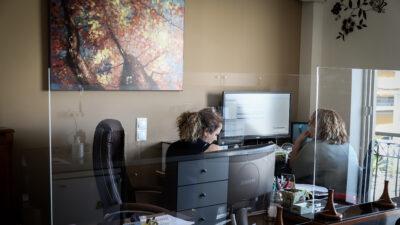 Στιγμιότυπο από φοροτεχνικό γραφείο - Εργασία - Εργαζόμενοι - Υπολογιστές
