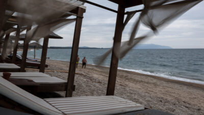 Καιρός: Συννεφιά, βροχή, πτώση θερμοκρασίας, ισχυροί άνεμοι, παραλία, ξαπλώστρες