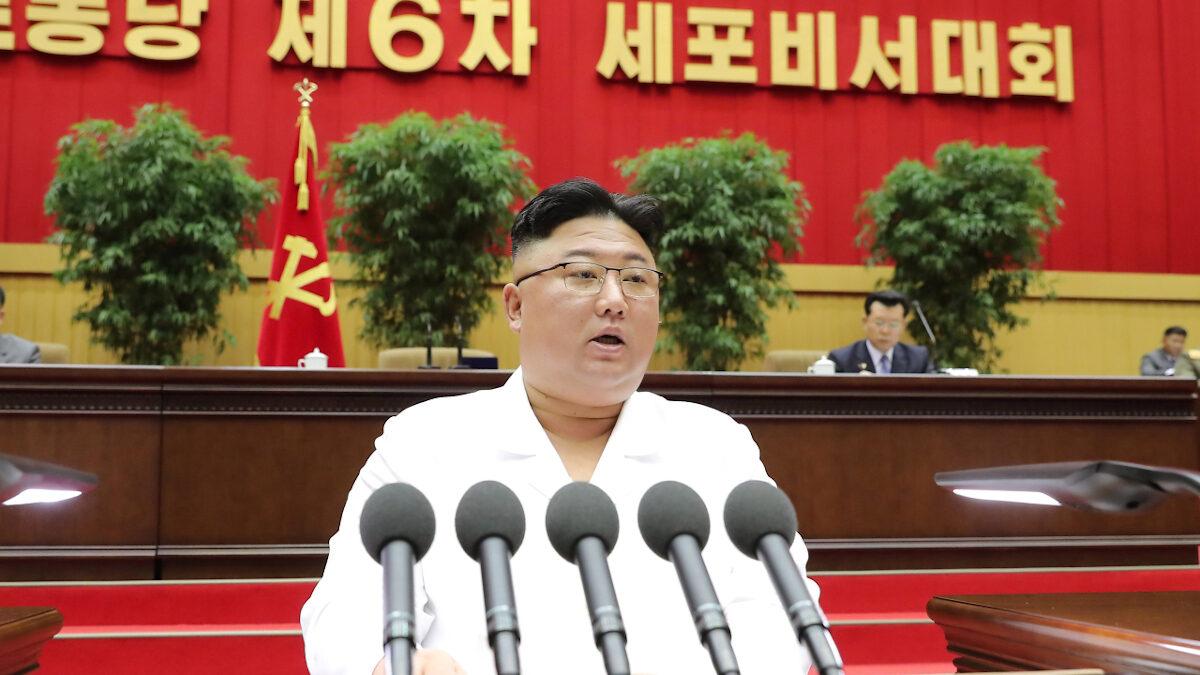 Ο Κιμ Γιόνκ Ούν στο βήμα στην Ανώτατη Λαϊκή Συνέλευση της Λαϊκής Δημοκρατίας της Κορέας