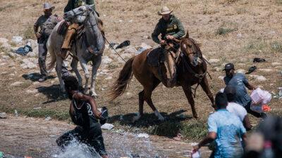 ΗΠΑ: Εικόνες απανθρωπιάς και αγριότητας με έφιππους αστυνομικούς να κυνηγούν μετανάστες στα σύνορα με το Μεξικό