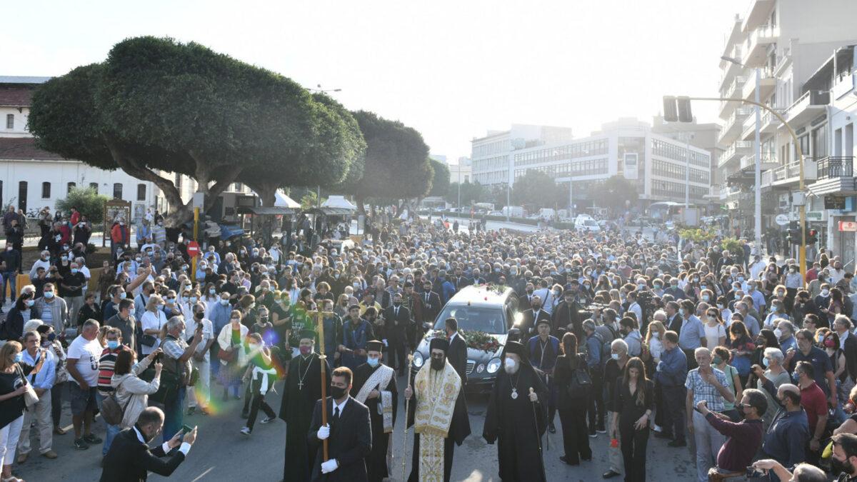 Πλήθος κόσμου συνοδεύει τη σορό του Μίκη Θεοδωράκη στην Κρήτη