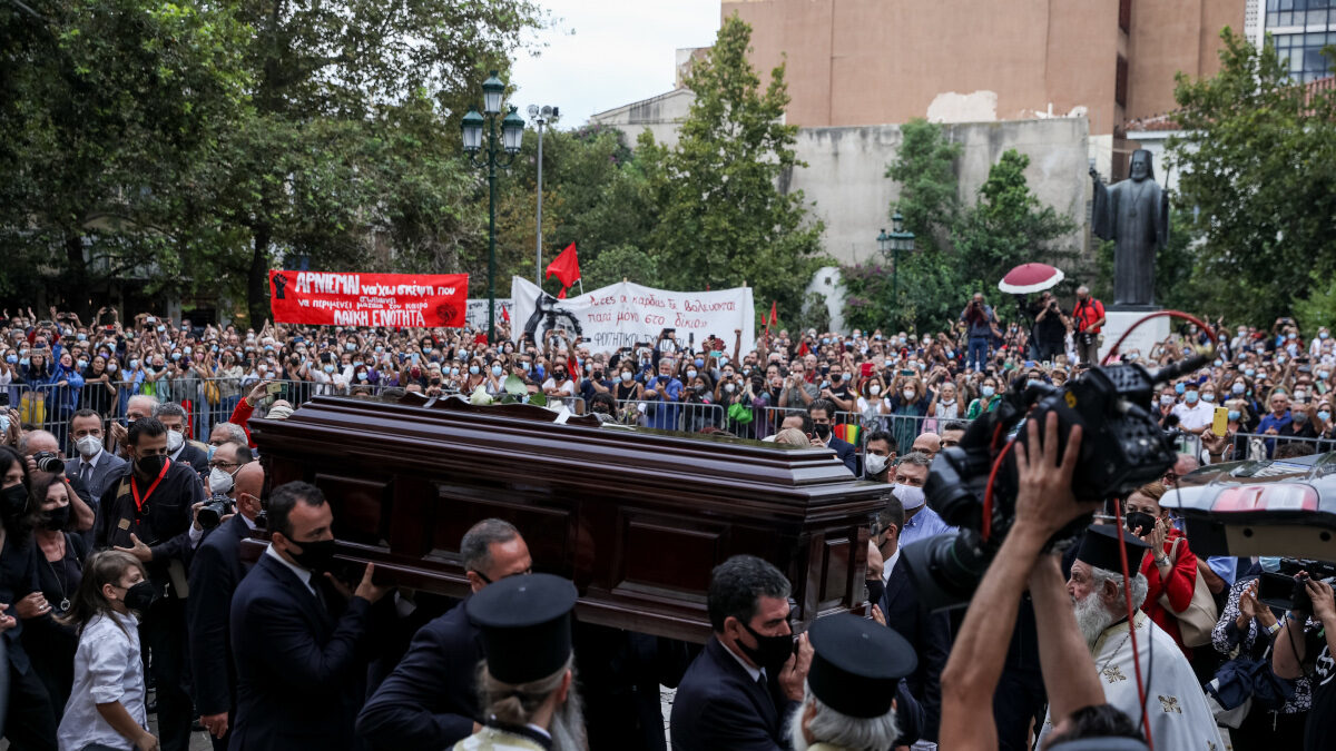 Στιγμιότυπο από τον εξωτερικό χώρο στην Μητρόπολη Αθηνών κατά την τελετή αποχαιρετισμού στον Μίκη Θεοδωράκη την Τετάρτη 8 Σεπτεμβρίου 2021.