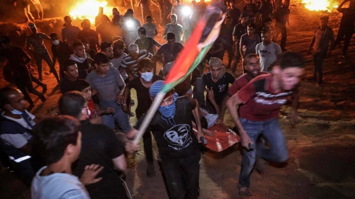 Από τις χθεσινές (2/9/21) διαδηλώσεις στα σύνορα Γάζας-Ισραήλ - Μεταφορά Παλαιστίνιου τραυματία από πυρά του Ισραηλινό στρατού κατοχής