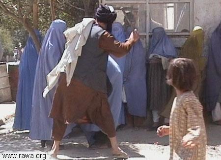 Δημόσια κακοποίηση γυναικών από την «πολιτοφυλακή» των Ταλιμπάν - Καμπούλ, Αφγανιστάν - Σεπτέμβριος 2001