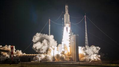 Eυρωπαϊκό διαστημοδρόμιο στο Κουρού της Γαλλικής Γουιάνας στη Νότια Αμερική - Πύραυλος Αριάδνη 5 που μεταφέρει τον στρατιωτικό δορυφόρο της Γαλλίας, Syracuse 4A