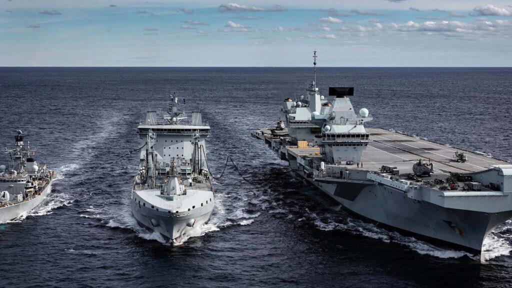 Το HMS Queen Elizabeth, Ναυαρχίδα του στολίσκου Carrier Strike Group 21 (CSG21), σε ανεφοδιασμό εν πλω στον Ινδικό Ωκεανό