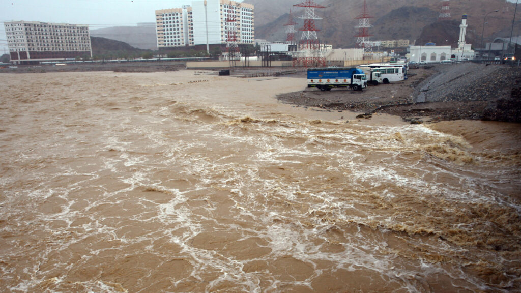 Πλημμύρες από τροπικό κυκλώνα που χτύπησε το Ομάν