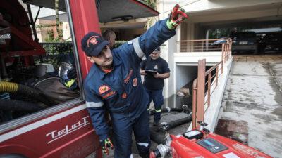 Άντληση υδάτων από την Πυροσβεστική Υπηρεσία από γκαράζ πολυκατοικίας στην Καλλιθέα, Παρασκευή 15 Οκτωβρίου 2021