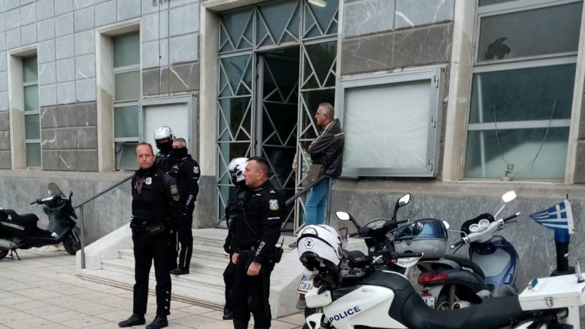 Αστυνομικοί στη Θεσσαλονίκη εμποδίζουν την ανάρτηση αντιφασιστικού πανό