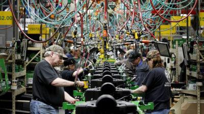 Εργάτες σε γραμμή συναρμολόγησης εργοστασίου του Ομίλου Εταιριών JOHN DEERE στις ΗΠΑ / 2013