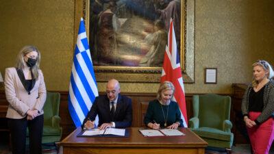 «Μνημόνιο Κατανόησης περί Διμερούς Στρατηγικού Πλαισίου» υπέγραψε στο Λονδίνο ο υπουργός Εξωτερικών Νίκος Δένδιας με την Βρετανίδα ομόλογό του Ελίζαμπεθ Τρους, Δευτέρα 25 Οκτώβρη 2021