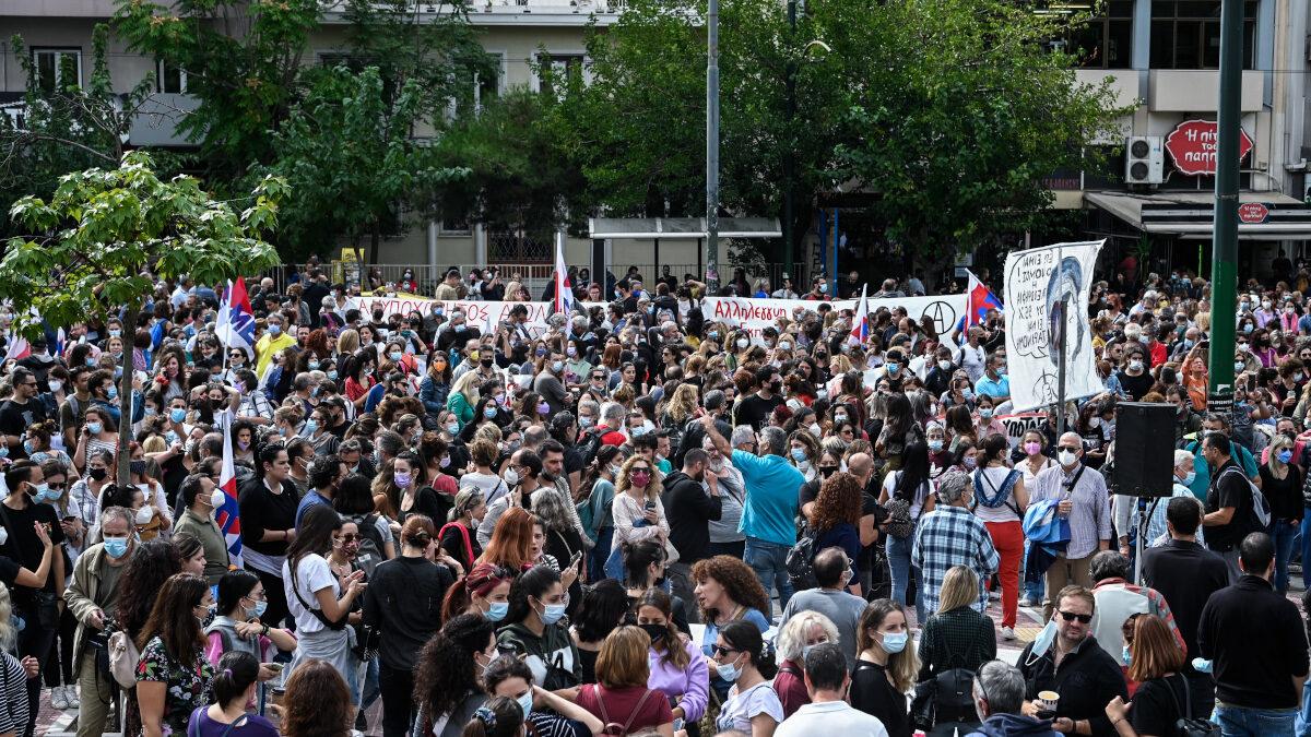 Συγκέντρωση διαμαρτυρίας έξω από το Εφετείο, εκπαιδευτικών οι οποίοι και απεργούν, αντιδρώντας στην διαδικασία της αξιολόγησης όπως αυτή προωθείται από το υπουργείο Παιδείας, Δευτέρα 11 Οκτωβρίου 2021. Εκτός από την αξιολόγηση, οι εκπαιδευτικοί αντιδρούν και στην αγωγή που κατέθεσε η υπουργός Παιδείας Νίκη Κεραμέως, προκειμένου να κριθεί παράνομη απεργία-αποχή από την αξιολόγηση.