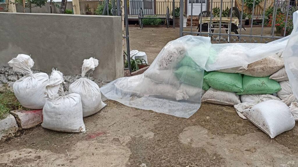 Μόνοι τους οι κάτοικοι οχυρώνουν τα σπίτια τους για να τα προστατεύσουν από τον κίνδυνο νέας πλημμύρας που απειλή την πυρόπληκτη Βόρεια Εύβοια