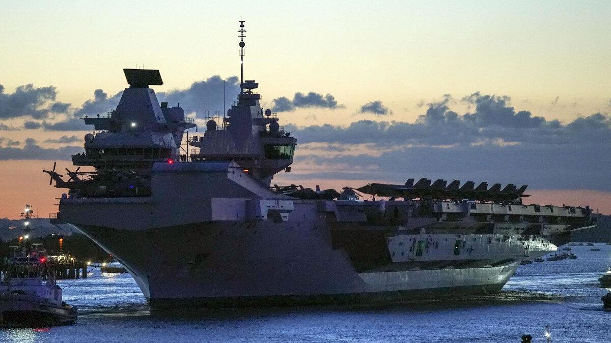 Το αεροπλανοφόρο HMS QUEEN ELIZABETH (R08), ενώ αποπλέει από το Πόρτσμουθ τον Μάη του 2021 για την υπερπόντια επιχείρηση Carrier Strike Group 21 (CSG21)