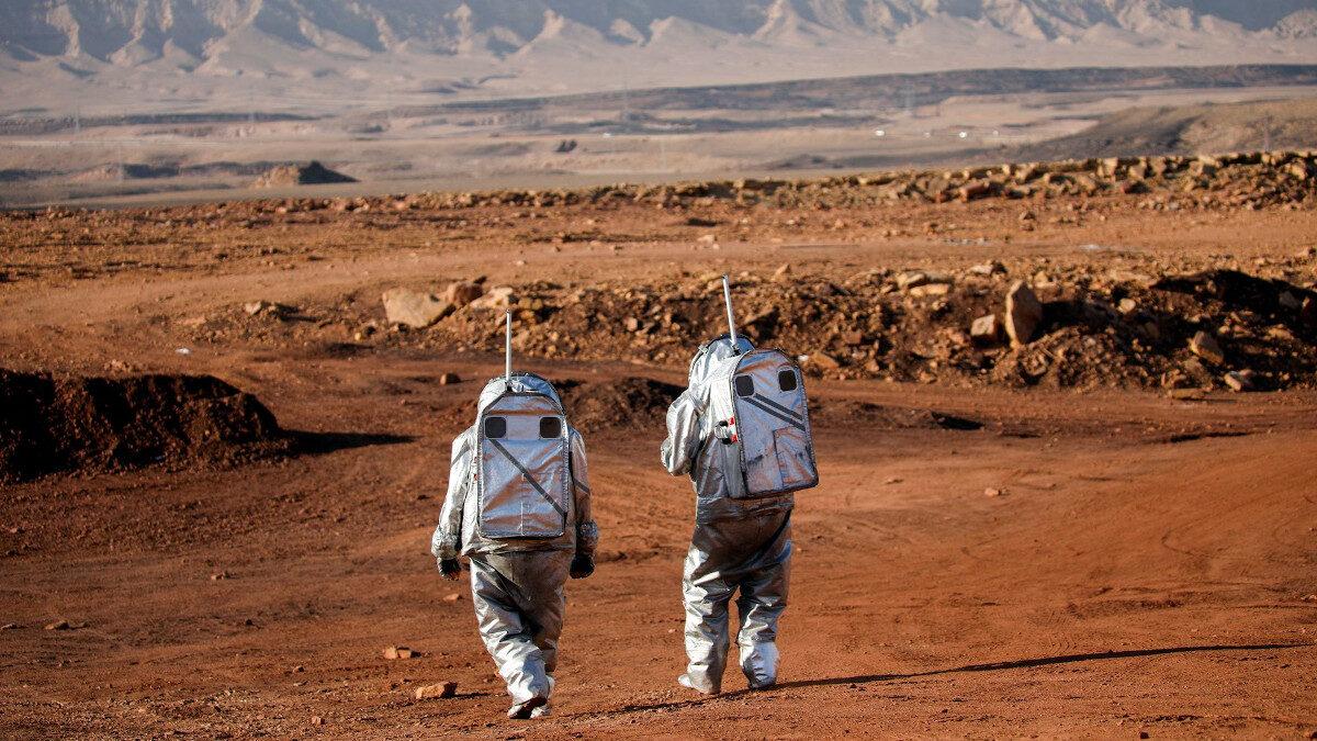 Ομάδα επιστημόνων περπατά με τις ειδικές στολές σε έρημο του Ισραήλ σε εκπαίδευση προσομοίωσης της ζωής στον Άρη