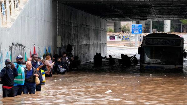 Πλημμυρισμένος ανισόπεδος κόμβος της Ποσειδώνος μπροστά στο Ίδρυμα Νιάρχου - Επιβάτες λεωφορείου βοηθάνε ο ένας τον άλλο για να απεγκλωβιστούν - 15/10/202