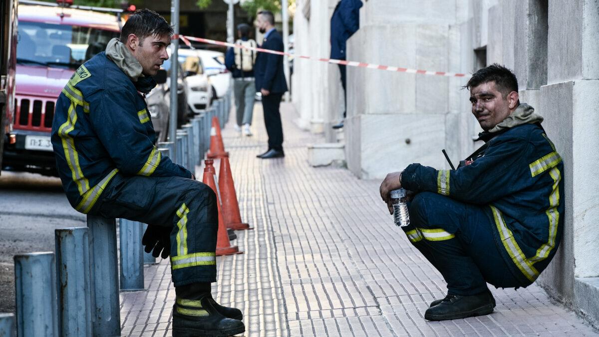 Πυροσβέστες μετά την κατάσβεση της πυρκαγιάς σε κτίριο τράπεζας στο κέντρο της Αθήνας / Τετάρτη 6 Οκτωβρίου 2021