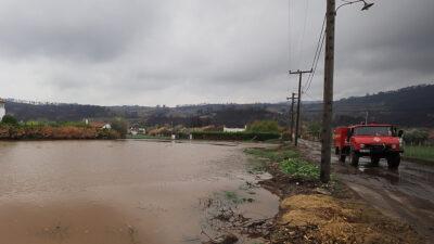 Πυροσβεστικό όχημα στις καταστροφικές πλημμύρες στην Βόρεια Εύβοια